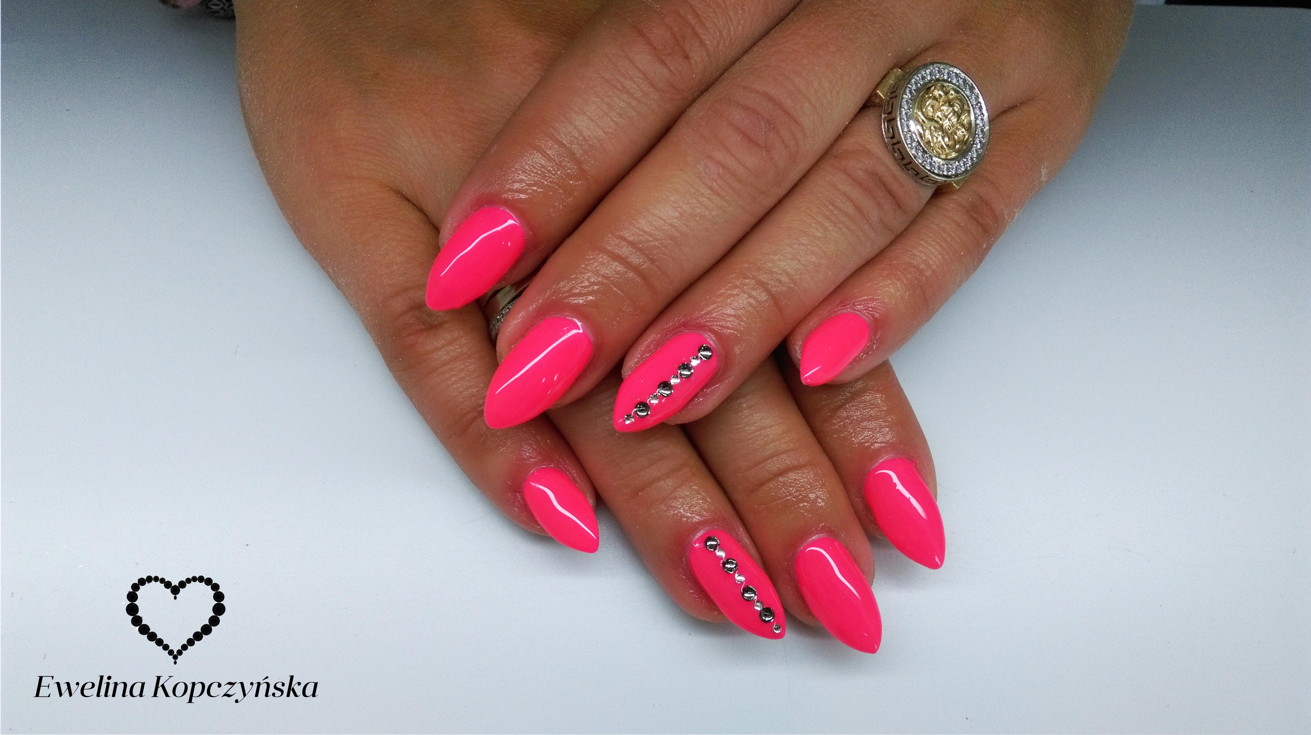 Różowe paznokcie wzory